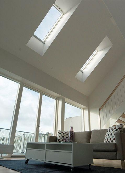 Mooie open ruimte in woonkamer. Door elektrische dakramen extra licht en makkelijk te bedienen via tablet.