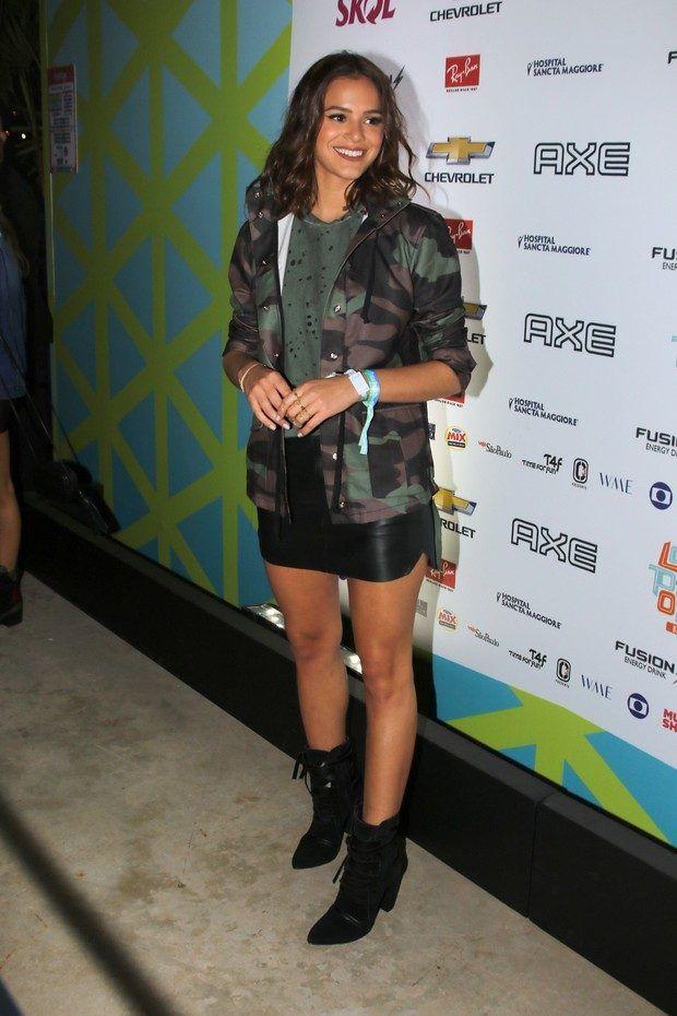 Festival look da Bruna Marquezine: ela apostou na saia de couro + botinha + camuflado. Look super fashionista e apropriado pro evento.