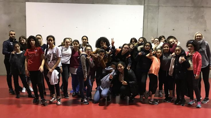 Durant les vacances, une vingtaine de jeunes filles ont découvert avec enthousiasme la discipline de l'escrime à la cité des sports.