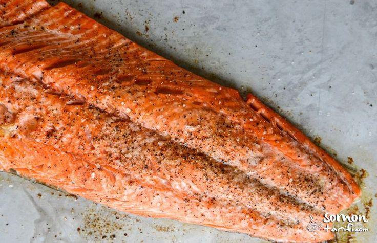 Somon balığını pişirmeden önce tereyağı ve sarımsak ile hazırladığımız sosu üzerine gezdirip fırında pişirip servis öncesinde de kalan sosu üzerine gezdiriyoruz.