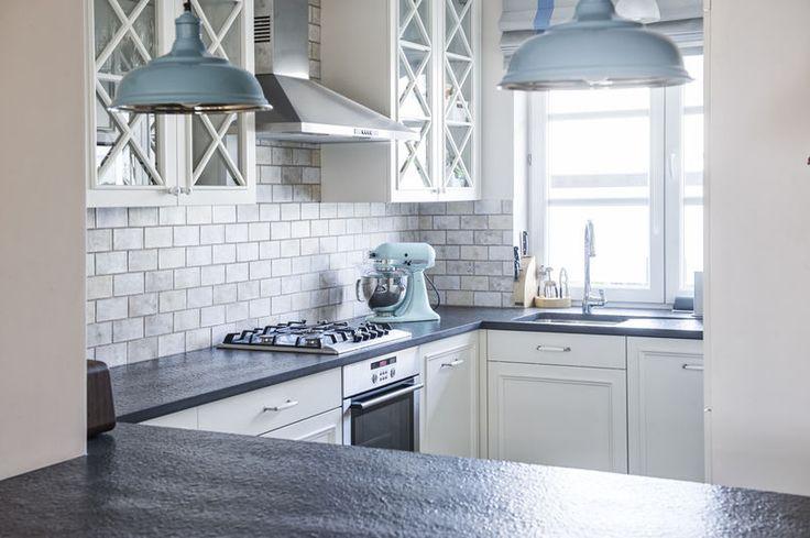 Białe meble kuchenne z uroczymi witrynkami nadały tej kuchni prowansalski styl / Provence - style kitchen idea.