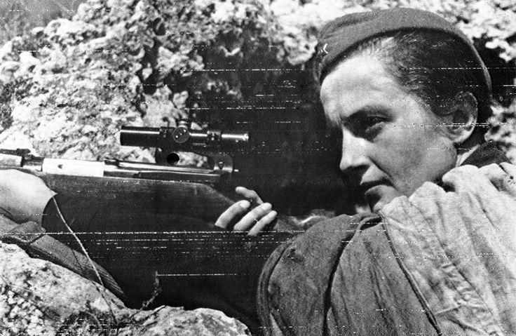 mulheres guerreiras que mudaram a História - Lyudmila Pavlichenko (século XX) Nascida na Rússia em plena Primeira Guerra Mundial, Lyudmila se mudou com sua família para Kiev aos 14 anos de idade. Durante a Segunda Guerra Mundial,Pavlichenko então se apresentou como um dos primeiros voluntários no recrutamento militar e, recusando a função se enfermeira, tornou-se uma das 2 mil mulheres atiradoras de elite do exército vermelho – das quais somente cerca de 500 sobreviveram. Mega Curioso