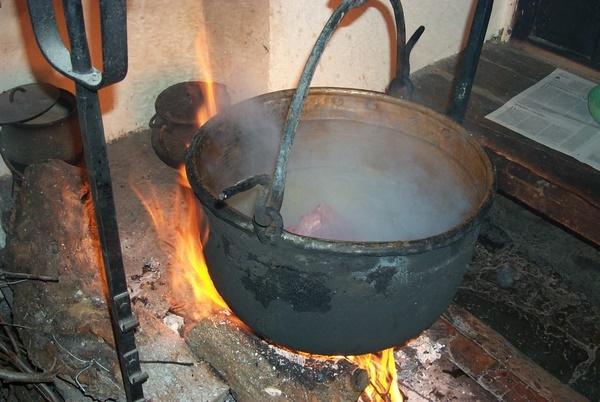 Olla de hierro para cocinar los jarretes de Cordero