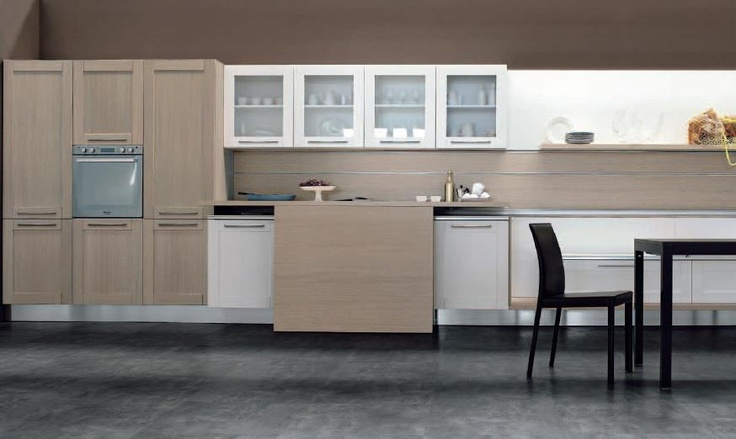 Licia is available in lacquered and painted finishes.