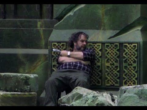 Peter Jackson erklärt hier, wieso die Hobbit Filme so sehr sucken. So soll der Weggang von Guillermo del Toro die Produktion um anderthalb Jahre zurückgeworfen haben, während Warner Bros. nicht vom Kinostart im Dezember 2011 absehen wollte. So wurde teils ohne Storyboards gedreht und mit dem Drehbuch waren die drei Oscar-Preisträger auch nie wirklich zufrieden. [ ]