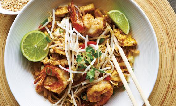 Il Pad Thai è uno dei più conosciuti piatti della cucina thailandese ed è una vera e propria esplosione di sapori e profumi tipicamente asiatici. Ideale per cimentarsi in qualcosa di diverso e insolito, la sua preparazione è semplice e richiede ingredienti piuttosto facili da reperire. Preparazione Immergete gli spaghetti di riso in acqua tiepida per 5-10  … Continued