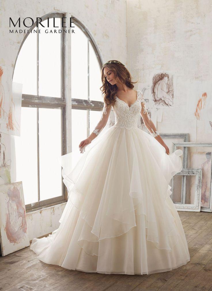 Elegancka suknia z koronkowym gorsetem, rękaw ¾ i warstwowa spódnica sukni ślubnej Mori Lee. Niezwykle elegancka, zapierająca dech w piersiach …