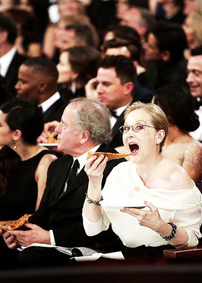 Meryl Streep + her pizza slice at the Oscars. Could not love her more.