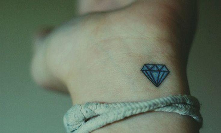 Recopilamos todo tipo de tatuajes de diamantes a la vez que también explicamos su significado y simbolismo. Un tatuaje muy popular.