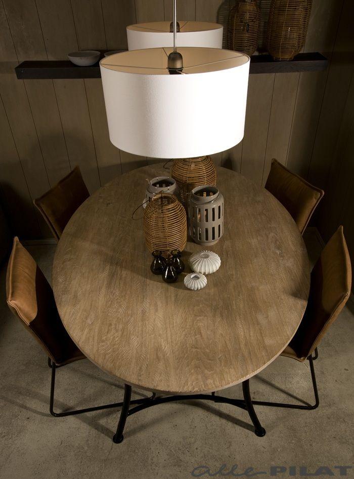 Ovalen eiken tafel Krom is elegant en toch modern door het industriele zwarte frame - Woonwinkel Alle Pilat