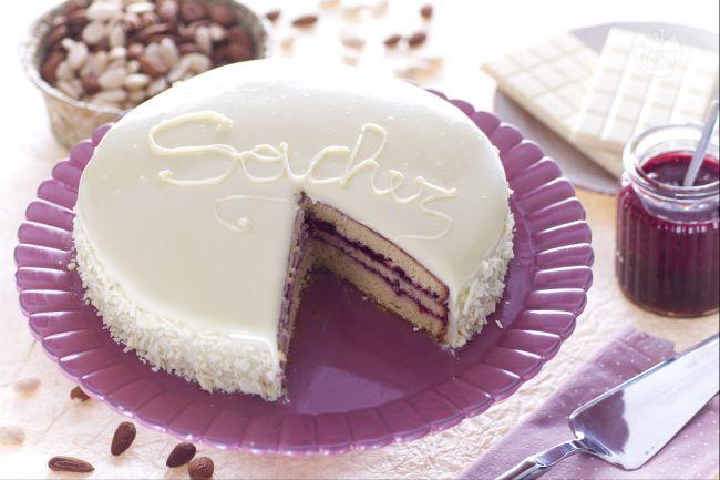 La sacher al cioccolato bianco è una variante della tradizionale sacher realizzata con il cioccolato bianco e un pan di spagna alle mandorle.