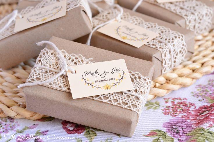 Jabones vintage, detalles de boda. Envueltos en papel natural y decorados con delicados encajes de algodón.