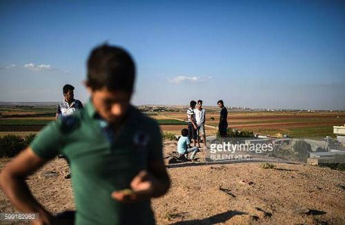 03-31 Turkish people watch clashes between Turkish army and ISIS... #kili: 03-31 Turkish people watch clashes between Turkish army… #kili