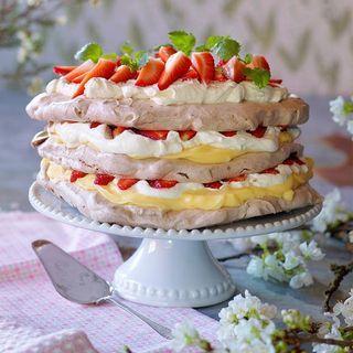 Fluffig vispgrädde, fin kräm och frasig marängbotten smaksatt med choklad. Kan det bli bättre? Den här tårtan går att förbereda i god tid. Vid serveringen lägger du ihop den och toppar med vispgrädde och söta jordgubbar.