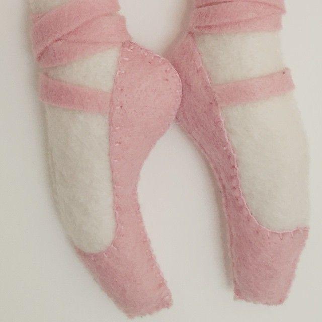 Primeiro o desenho, agora feito! Par de sapatilhas de um enfeite lindo! Bailarina a caminho, enfeite em feltro. Lindo de viver! #portamaternidade #portaquarto #decoração #bemvinda #mãedemenina #babygirl #meninas #bebe #mamãe #personalizados #feltro #felt #welcome #baby #bailarina #ballerina
