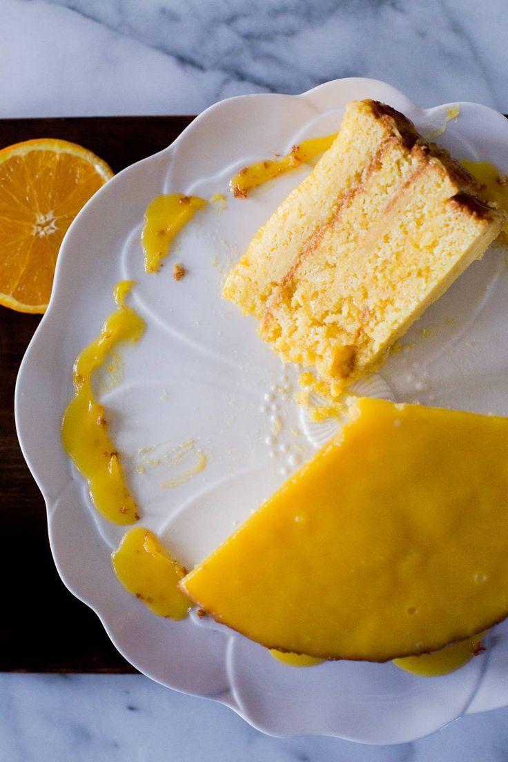 Esta torta o pastel de naranja es húmedo y delicioso. Ambos el bizcocho y la crema tienen un sabor delicado e irresistible. Receta chilena.