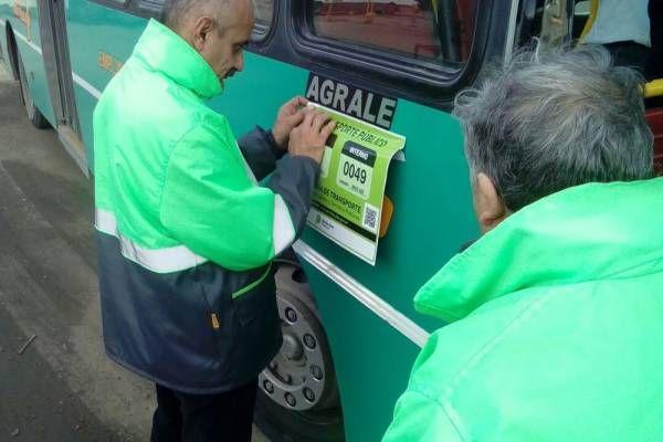 Comenzó la instalación de las nuevas obleas de identificación en micros de líneas provinciales