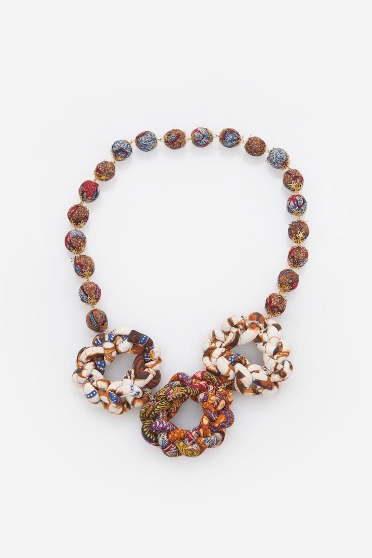 Kalung dengan pendant jalinan batik cokelat putih dengan rantai beads yang dilapisi kain batik senada dari Ego. Material: batik. Size: One Size.Panjang 37cm.