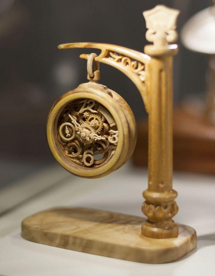白樺や竹、クルミの木といった木材を手で削り、歯車など複雑なコンポーネントを作成、数ヶ月をかけて1つの時計を作りあげるのが独学で時計作りを行うウクライナ出身のValerii Danevychさんによ
