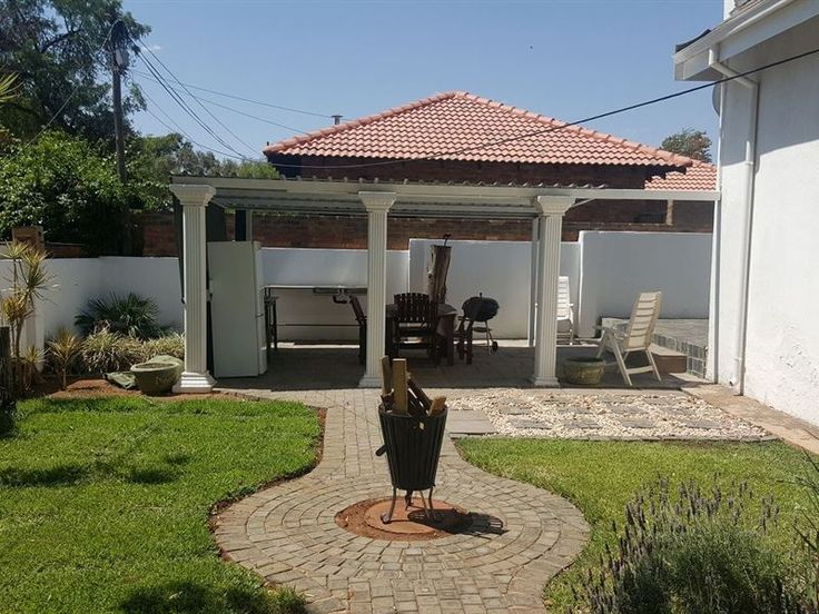 Cape Cottage - Cosy two bedroom, one bathroom self catering duet in Garsfontein, Pretoria. This cottage has a living/dining area, modern fully equipped kitchen with a washing machine and a carport. The two bedrooms offer ... #weekendgetaways #pretoria #southafrica