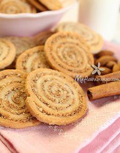Ces biscuits sont fins et tout simplement exquis ! Avec ce goût d'amande et de cannelle, on peut les apprécier soit avec le café du matin ou avec un verre de thé pour le goûter. C'est le genre de petit gâteaux que j'aime, croquants et fondant à la fois, se conserve bien dans une boîte hérmétique et