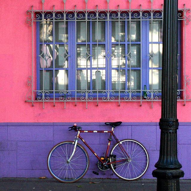 Ventana y bicicleta by La ciudad al instante #laciudadalinstante #santiago #chile #instagram #instagrammers #icu_chile #santiagoadicto #scl #santiagodechile #instastgo #facade #fachada #chilefachadas #bici #bicicleta #bicycle #communityfirst Buenos días !