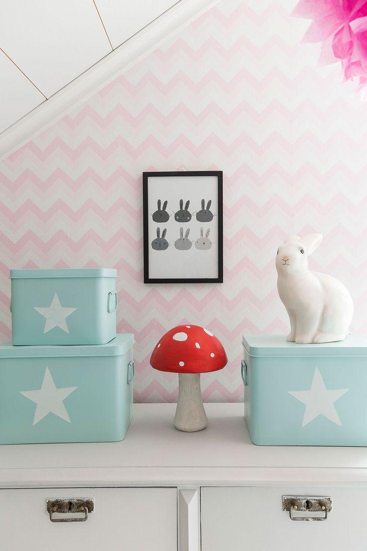 Minttu teki K-raudan kanssa blogiyhteis-työtä kesällä, jolloin maalattiin ja tapetoitiin lastenhuone, ruokahuone ja työhuone. Tapettien vaihto tuli tarpeeseen, sillä Inari oli pienempänä piirtänyt seinään.