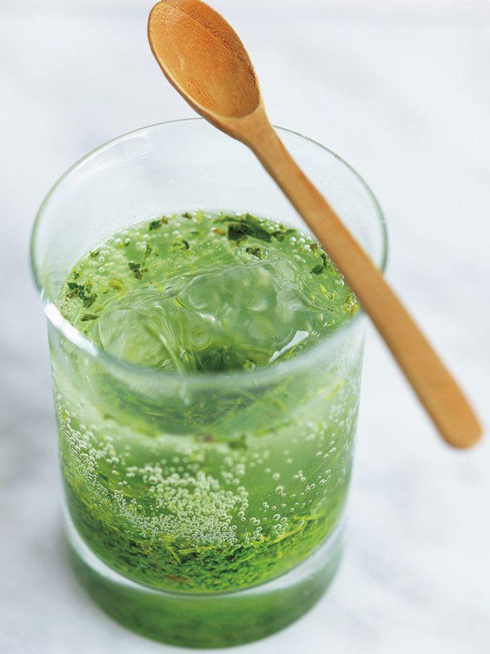 お茶のいい香りに、炭酸のすっきり感。夏の夕方にぴったりな、爽快カクテル。|『ELLE a table』はおしゃれで簡単なレシピが満載!