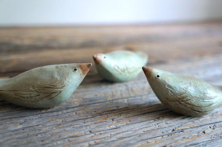 Tre poco blu uccelli - sculture di argilla naturale - rustico MyMindsAttic regalo by Mymindsattic on Etsy