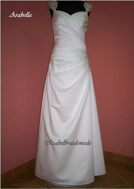 Elegante bruidsjurk met lichte V decolleté en afneembare kant mouwtjes met Swarovski kristallen. Licht uitlopende rok met kant applicatie aan de zijkant. -