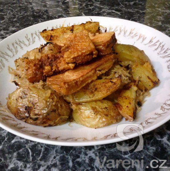 Pečené brambory s kysaným zelím a tofu -