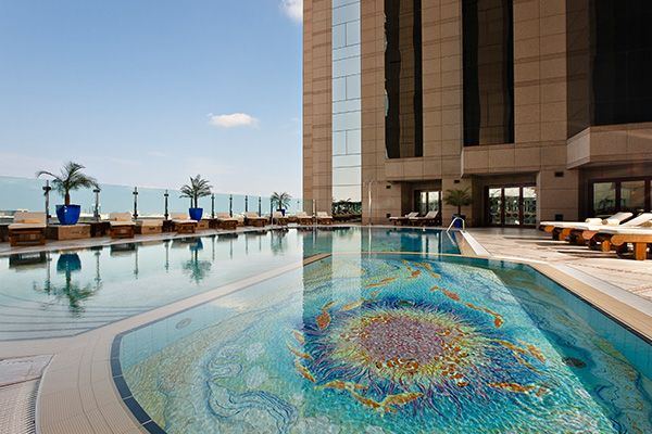 FAIRMONT | HOTEL DUBAI | Au cœur de cette destination unique, vous trouverez un mélange distinctif de design contemporain et d'élégance urbaine : l'emblématique hôtel Fairmont Dubaï. Cet hôtel de luxe de 34 étages se trouve à quelques pas des principales attractions de la ville ; il est également relié au Palais international des congrès de Dubaï par une passerelle couverte et climatisée, ainsi qu'au métro, qui assure la liaison directe avec l'aéroport international de Dubaï (terminaux 1 et…