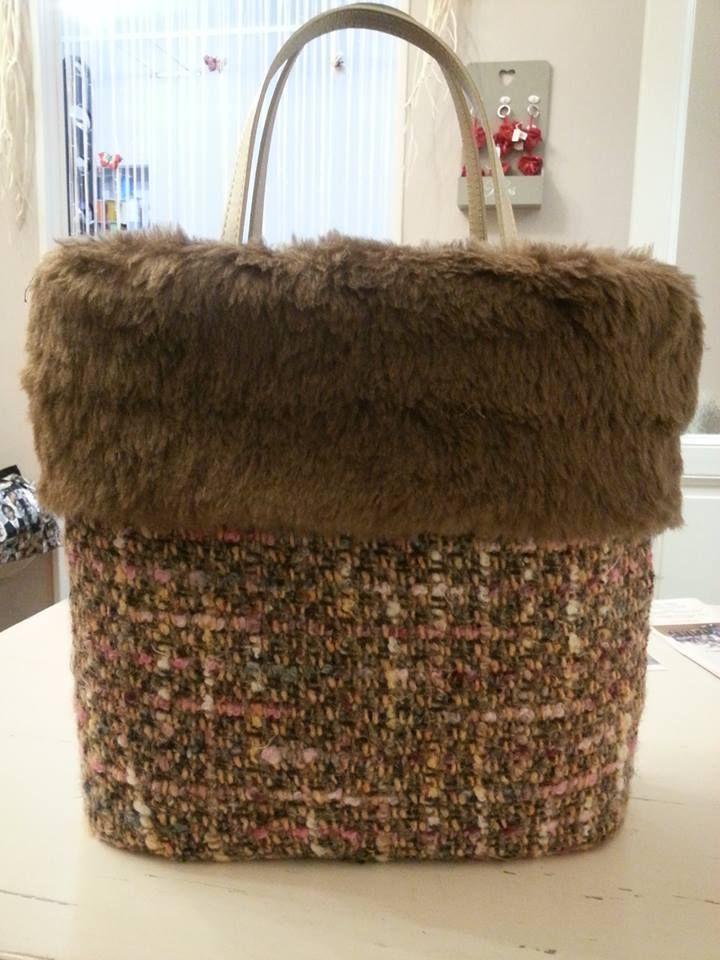 "Borsa tessuto pura lana motivo ""Chanel"" con inserto pelliccia eco."