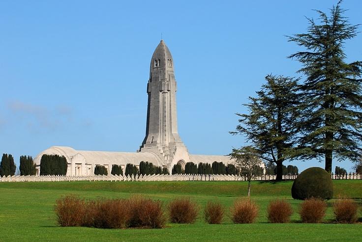 Le champ de Bataille de Verdun : L'Ossuaire de Douaumont réunit dans un même repos les restes de 130 000 soldats inconnus.