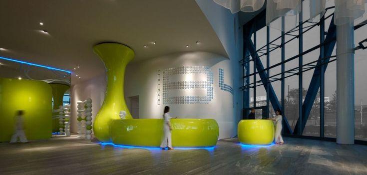 Tasarımcı Simone Micheli tarafından tasarlanan sağlık merkezi ve otel projesi ilginç tasarımı ile ziyarete gelenlere farklı izlenimler oluşturmaktadır. Tamam eğrisel ve yumuşak hatların kullanıldığı otel çizgi film sahneleri anımsatmaktadır.  forumcad.com