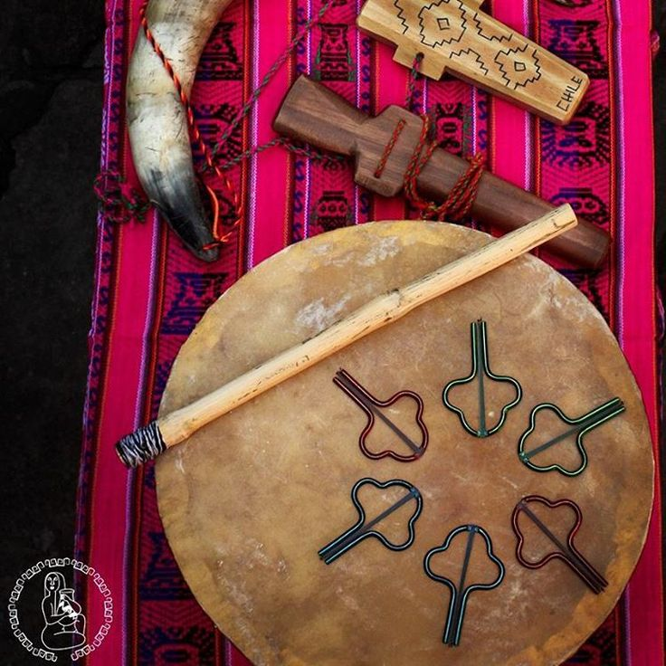 Seguimos con los instrumentos musicales. Este vez mapuches. #kultrun #trompe #pifilca