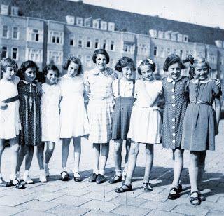Tudo ia bem até que em 1940 a Alemanha invadiu os Países Baixos e o governo de ocupação passou a perseguir os judeus através da aplicação de leis restritivas e discriminatórias, como que as crianças deveriam se matricular apenas em escolas judaicas.   Por consequência Anne e sua irmã que iam bem nos estudos e tinham muitos amigos tiveram que se matricular no liceu Judaico...