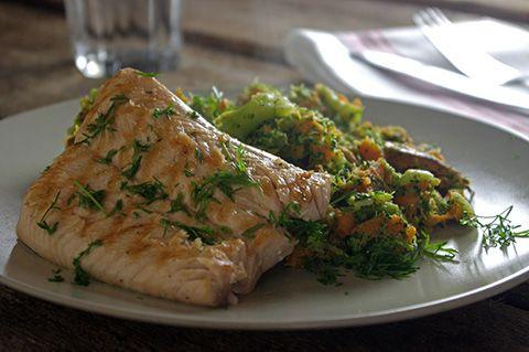 Broccolistamppot van zoete aardappelen met gegrilde zalm en dille #Avogelrecepten