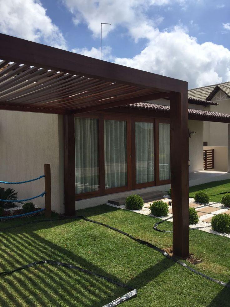 Pergolado com fechamento superior ripado, instalado no jardim de casa de campo em Bananeiras
