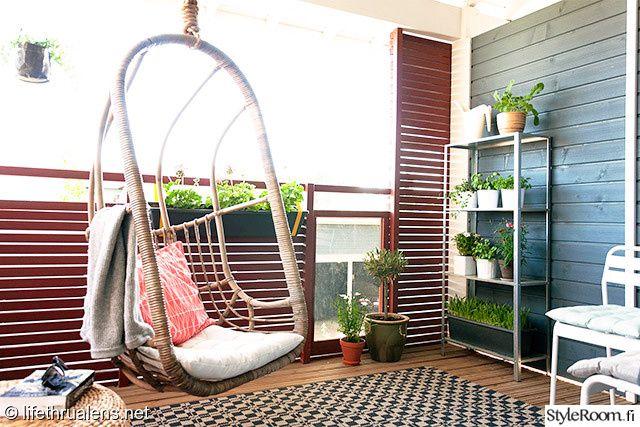Ulkokäyttöön soveltuva matto tuo parvekkeelle kodikkuutta #parveke #riipputuoli #viherkasvit #styleroom #inspiroivakoti Täällä asuu: Lifethrualens