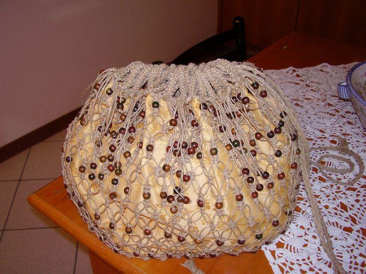 zainetto in filo naturale e palline di legno lavorato con nodi macramè