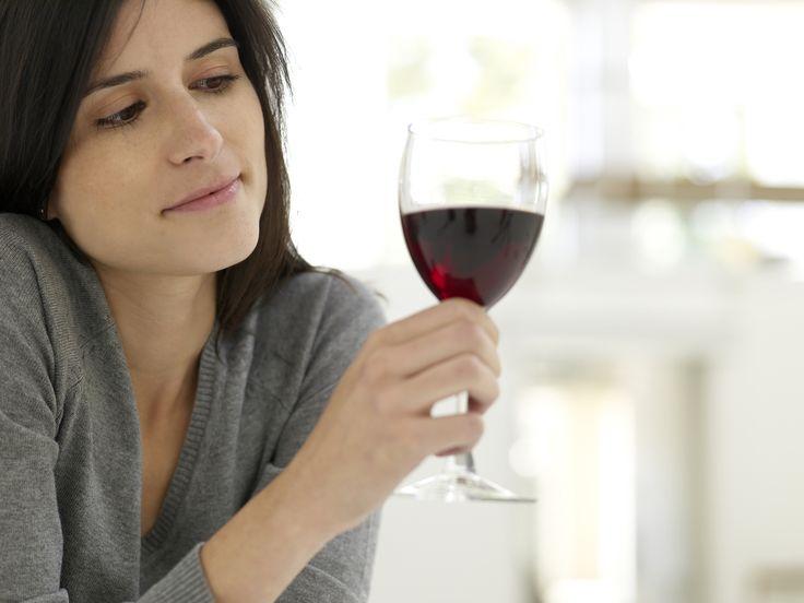 TIP 9: LAS BEBIDAS SON TÓXICAS PARA TU PIEL.  Uno de los efectos del consumo de alcohol en el organismo es la deshidratación y, con ella,  una mayor sequedad en la piel. Si bien una copa de vino es beneficiosa para el cuidado del corazón, intenta no excederte con el alcohol si quieres tener una piel atractiva, luminosa y saludable.