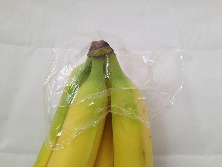 Met deze simpele tip houdt je bananen langer vers. Omhul de bovenkant van een tros bananen met een boterhamzakje of een ander (natuurlijk het liefst plasticvrij) materiaal. De luchtdichte afsluiting zorgt ervoor dat je bananen dagen langer goed blijven.