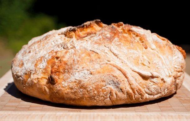 Jednoduchý recept na prípravu domáceho chlebíka, kysne iba pol hodinu. Suroviny 3 hrnčeky celozrnnej hladkej múky 1 a 1/2 hrnčeka piva 1 ČL octu 2 ČL soli 1 ČL cukru 1/2 kocky droždia Postup Zo surovín vypracujeme hladké nelepivé cesto. Dáme kysnúť na teplé miesto 30 minút. Z vykysnutého cesta vytvarujeme bochník, preložíme do misy s papierom na pečenie a