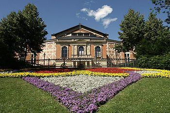 Het Festspielhaus in Bayreuth, was dankzij Lodewijk II speciaal voor de uitvoering van Wagners opera's werd gebouwd.