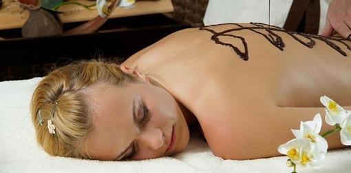 Masaż czekoladowy to masaż całego ciała wykonywany przy użyciu 100% gorzkiej czekolady. Działa odmładzająco, hamuje proces starzenia się skóry, chroni ją przed utratą wilgotności.