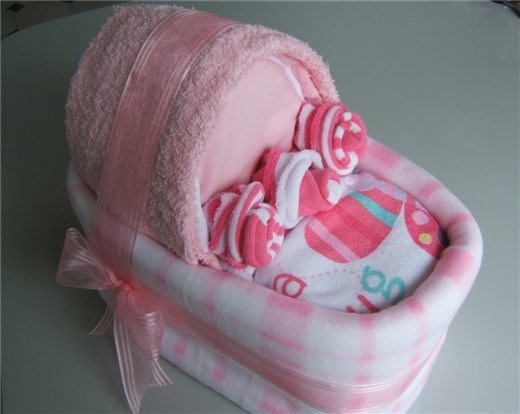 "Baby Cradle ""Cake"" 18 Disposable Nappies 1 Cuddle rug 3 Bibs 2"
