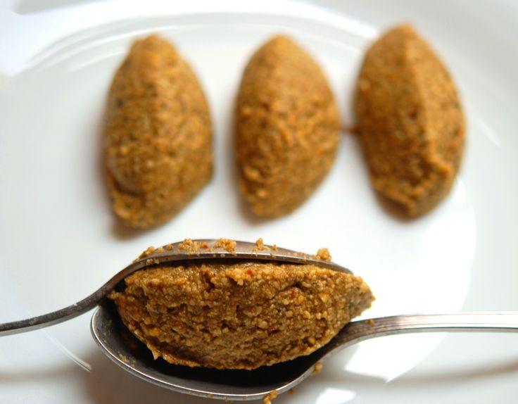 """""""I Falafel sono una pietanza araba, usata anche nella cucina israeliana, costituita da polpette fritte e speziate, a base di fave o ceci tritati con porro o cipolla, aglio, cumino e coriandolo; ven..."""