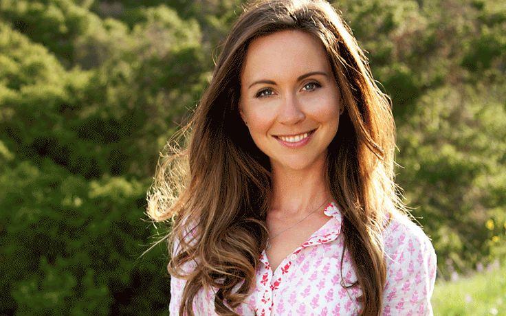 Los Angelesben élő Julie Morris természetes alapanyagokból dolgozó séf, a teljes értékű, növényi alapú étrend elkötelezettje.   Küldetése egyszerű: olyan recepteket és táplálkozási tippeket szeretne megosztani, melyek vibrálóan egészséges életmódhoz vezetnek, könnyen elérhetők és finomak. Négy szupertáplálékokkal foglalkozó könyvet írt, és az ezekben megtalálható receptek és táplálkozási tippek könnyen megvalósítható és jól követhető, egészséges életmódot ajánlanak.