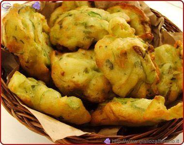 Frittelle di zucchine: Prendete delle belle zucchine, lavatele, togliete le estremità, e tagliatele a rondelle. ( io le taglio a quella ...